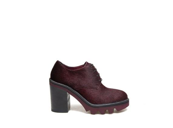Derby-Schuhe aus bordeauxfarbenem Kalbsfell mit grober Sohle und Absatz