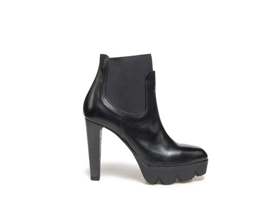 Beatle boots in black leather with lug platform