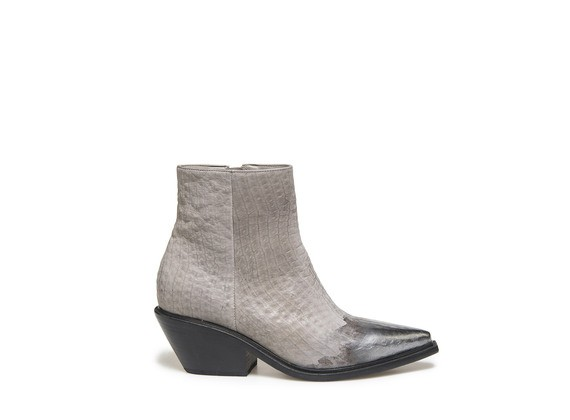 Ankle boot with leather sole and a metallic coating on the toe