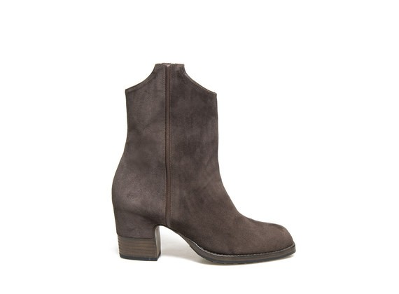 Gaucho boot with partially shell shaped heel