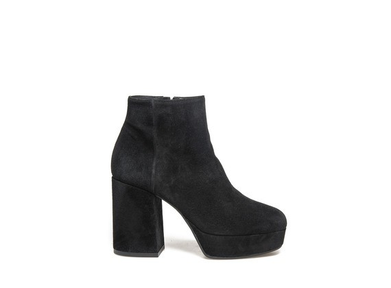 Ankle boot in black suede with platform