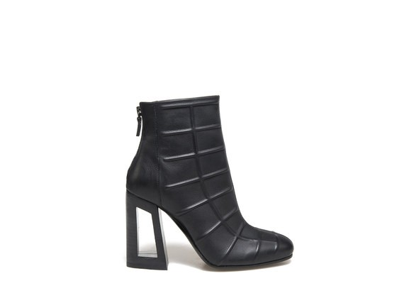 Ankle boots with 3D pattern and perforated heel