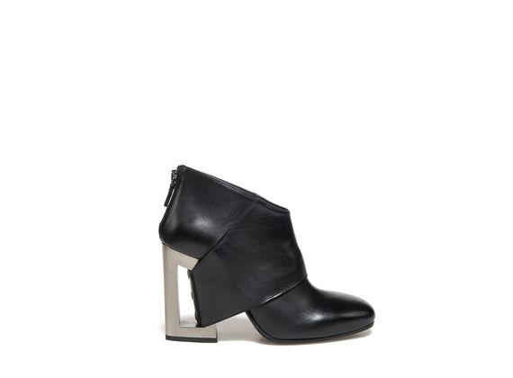 Ankle boot con fascia passante e tacco forato metallizzato