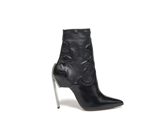 Stretch ankle boot with underskin texan embroidery and steel heel