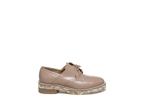 Light dusty pink-coloured derby with flecked sole