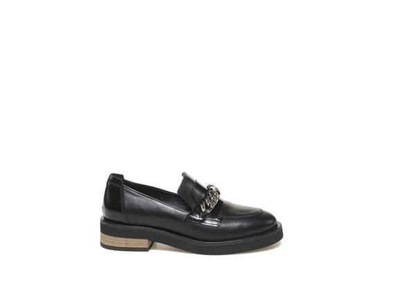 Loafer with chain