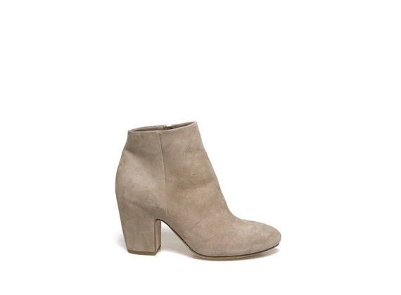 Light dusty pink low boot with shell-shaped heel