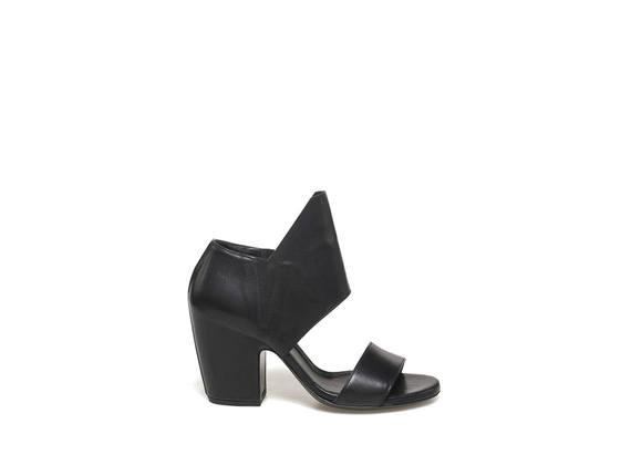 Sandalo con maxi patta e tacco ingusciato