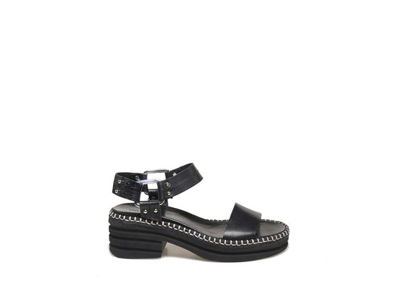 Sandales avec anneau sur le côté et semelle extérieure en caoutchouc