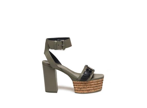 Militärgrüne Sandalette mit Schnallen und Plateausohle aus Kork