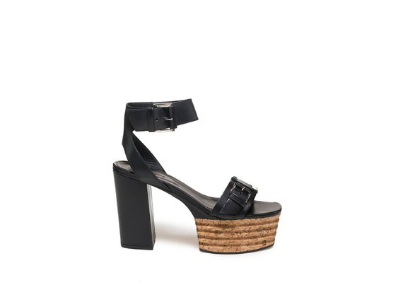 Sandalo con fibbie e plateau in sughero