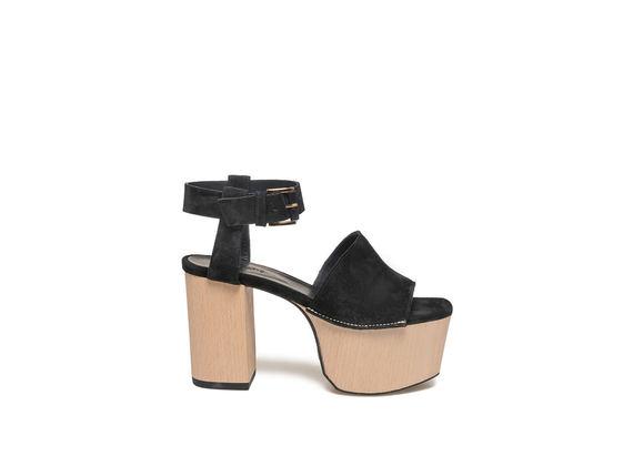 Sandalo nero con plateau legno