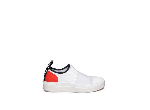 Weißer Slipper mit roter Ferse