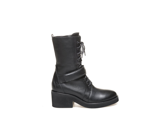 Combat boot with flap