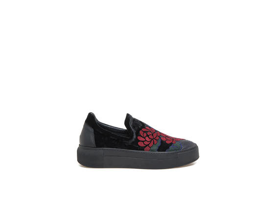Black slip-on shoes with floral embroidery