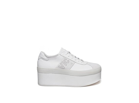 Lace up shoe with off-white leather and suede platform.