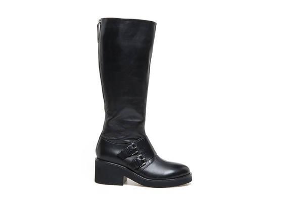 Schwarzer Stiefel mit Patte und zwei Schnallen