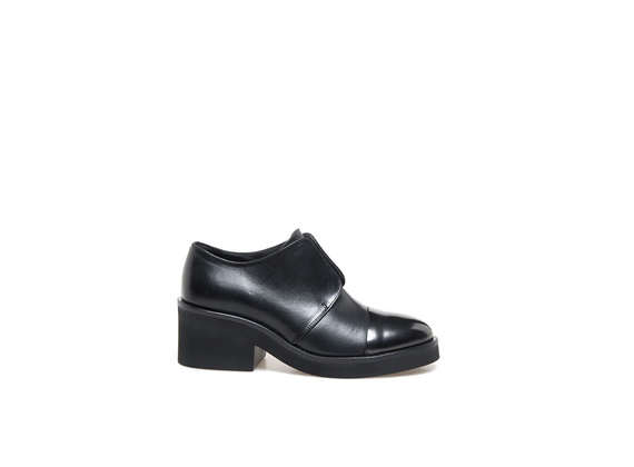 Derby shoes with elastic and metallic toe cap