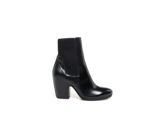 Black leather ankle boot with elastic and sell-shape heel