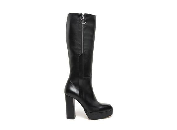 Stiefel aus schwarzem Leder mit Seitenreißverschluss und Plateausohle in Paragummioptik