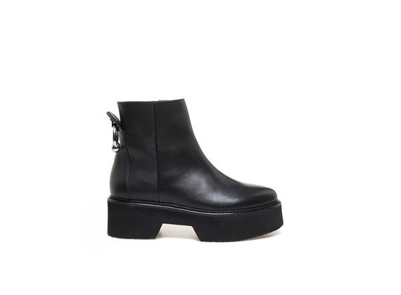 Ankle boots with piercing at the rear and maxi rubber bottom