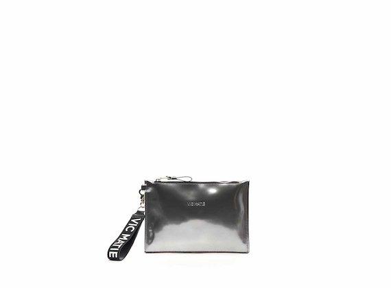 Pochette Madeline aus silberfarbenem Leder in Spiegelglanz-Optik