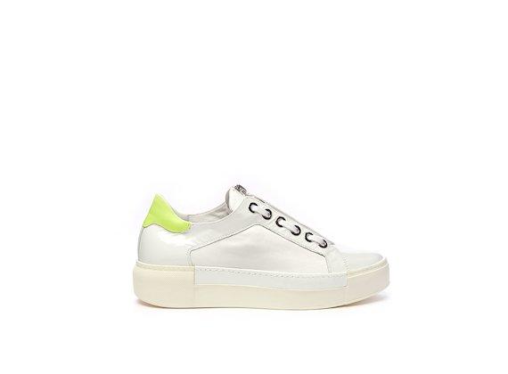 Schuhe mit Ösen und Reißverschluss auf der Lasche