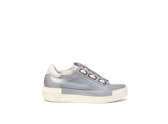 Sky blue shoe with eyelets and zip on the tongue