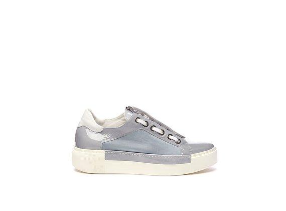 Hellblauer Schuh mit Ösen und Reißverschluss auf der Lasche