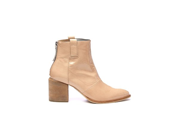 Nude patent half boot with wrinkled effect