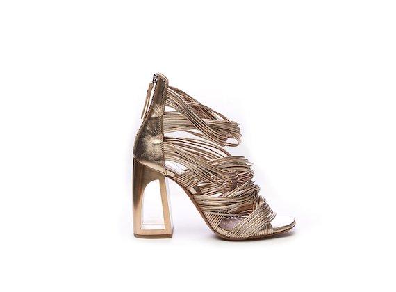 Sandales à petits tressages couleur or et talons ajourés