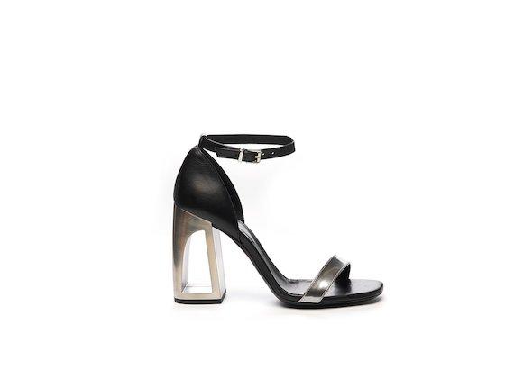 Sandalo con tallone chiuso a blocchi di colore e tacco forato
