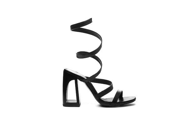 Sandale mit schlangenförmigen Knöchelriemchen und Cut-out-Absatz