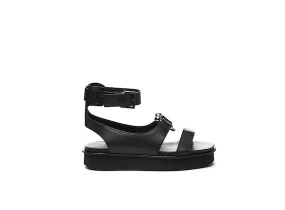 Sandalo con piercing su fondo flatform