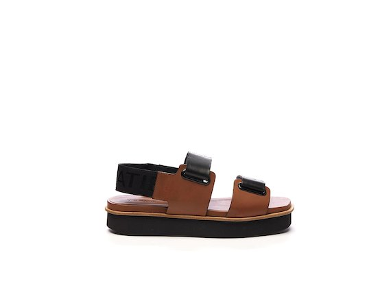 Sandale mit Klettverschlüssen und Ösen in Color-Block-Optik