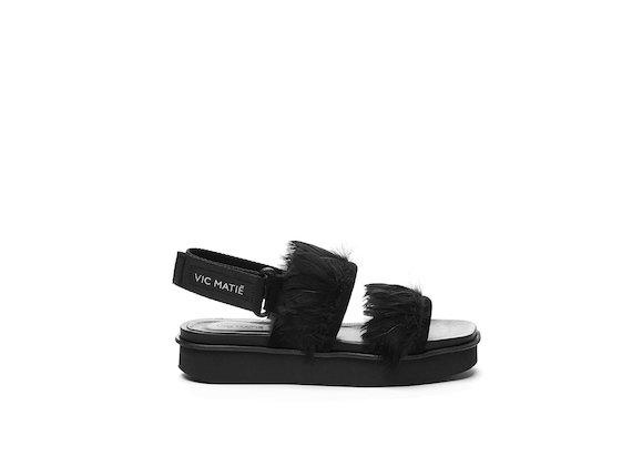 Sandalo con fasce di piume su fondo flatform