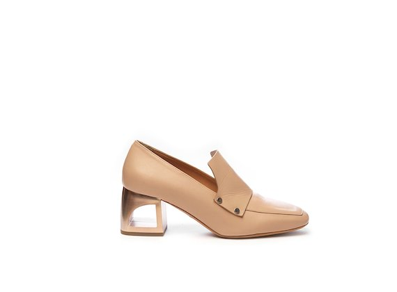 Nude-coloured moccasin with hole heel