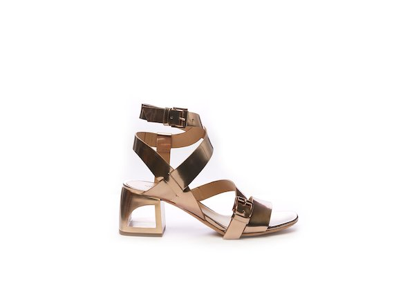Sandale aus roségoldfarbenem Leder in Spiegelglanz-Optik mit Cut-out-Absatz