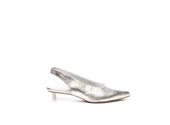Chaussures style Chanel en cuir argenté à petits talons acier