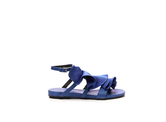 Flat sandal with ruches in cornflower blue satin