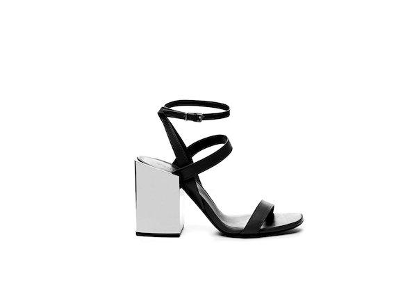 Sandale mit Bändern, Knöchelriemchen und breitem Absatz.