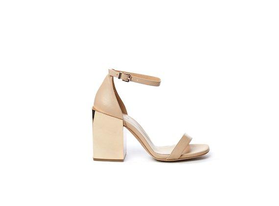 Peeptoe-Sandale aus puderfarbenem Stretchjersey mit breitem Absatz in Spiegelglanz-Optik