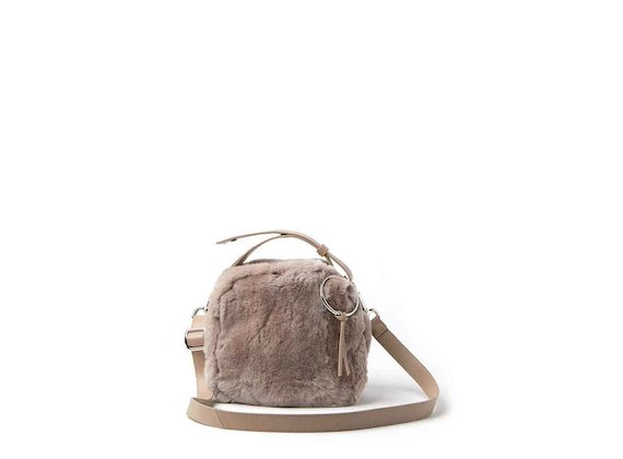 Clarissa<br />mini bag in pelliccia con anello cipria