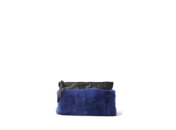 Lia<br />Kornblumenblaue Pochette aus Fell