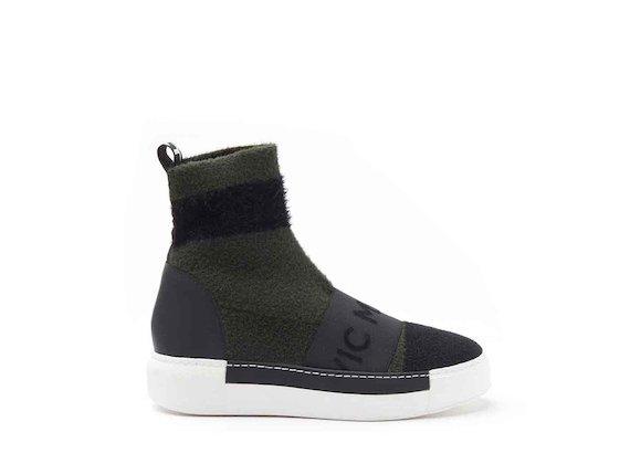 Socke aus Strick mit Sneaker-Sohle in Militärgrün/Schwarz.