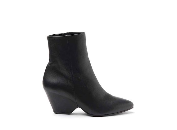 Black leather heeled ankle boots with shell-shaped heel