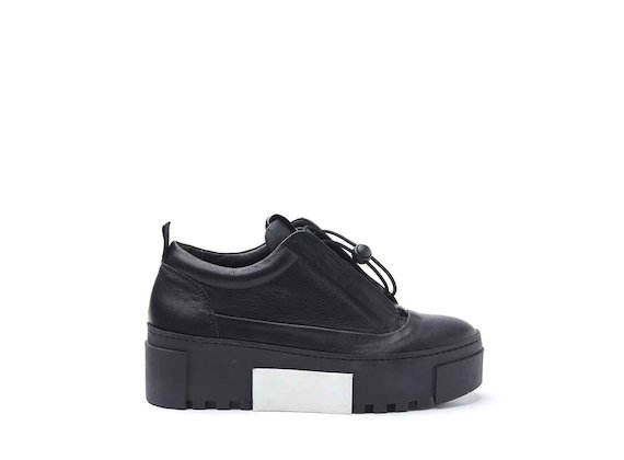 Shoes with bellows tongue and rubber box sole