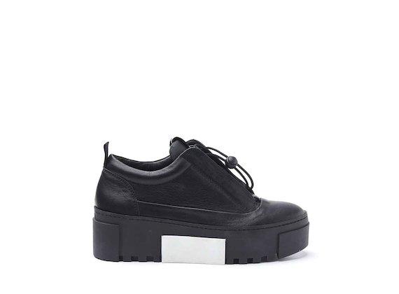 Schuh mit seitlich angenähter Zunge und Kassettensohle aus Gummi