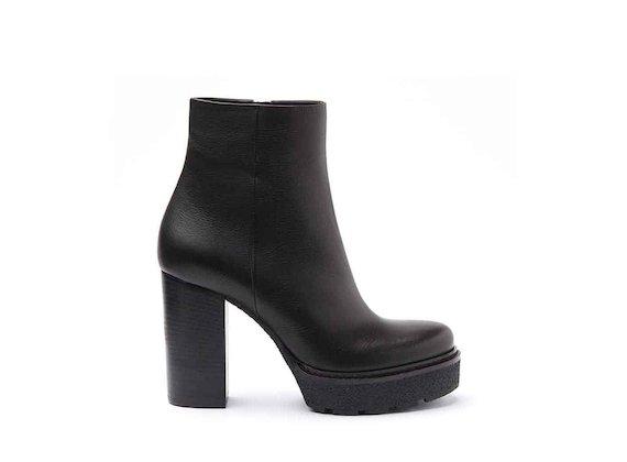 Stiefelette aus schwarzem Leder mit Plateausohle aus Paragummi und lederbezogenem Absatz