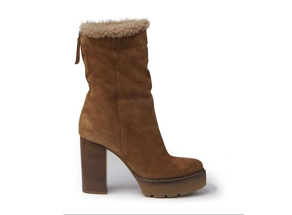Cognac-coloured suede and sheepskin ankle boots with crepe platform